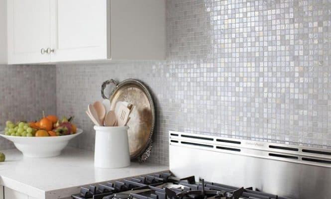Dùng keo dán gạch chịu nhiệt cho gạch xung quanh bếp