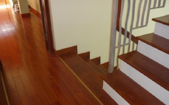 Ngoài độ bền thì tính thẩm mỹ của sàn nhựa giả gỗ cho cầu thang cũng được đánh giá khá cao