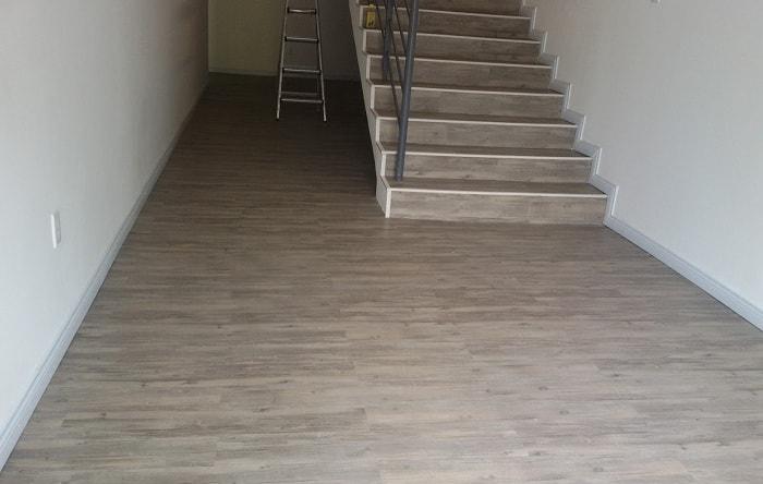 Sàn nhựa giả gỗ cầu thang có khả năng chống nước và chịu nhiệt rất tốt