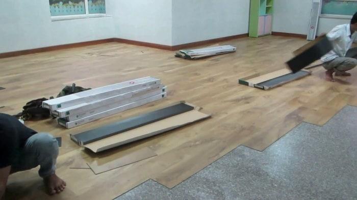 Thi công sàn nhựa giả gỗ rất nhanh chóng và tiện lợi