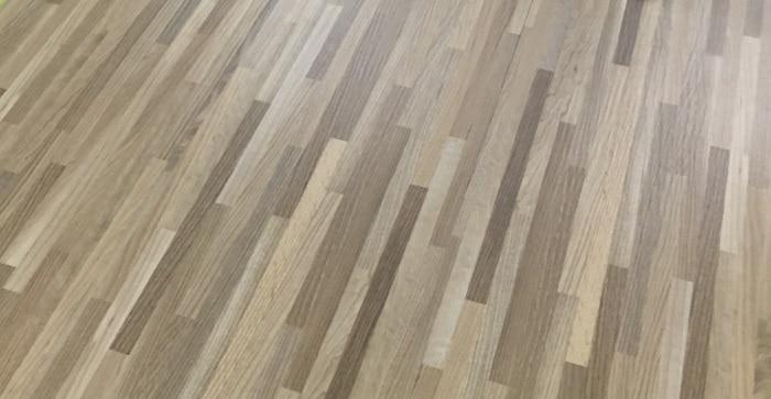 Các tấm sàn nhựa giả gỗ có dán keo là gì?