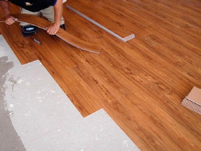 Tấm sàn nhựa giả gỗ có dán keo được cấu tạo như thế nào?