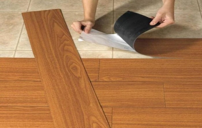 Tấm sàn nhựa giả gỗ có dán keo được ứng dụng rất nhiều trong cuộc sống