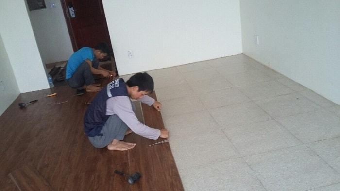 Quá trình thi công dán sàn nhà cũng không tốn nhiều thời gian