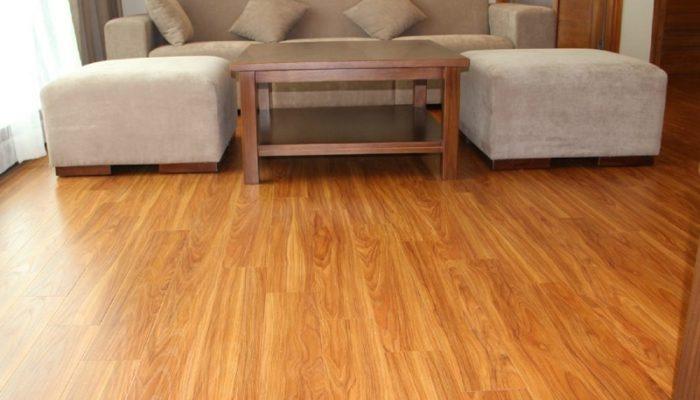 Một không gian hiện đại với tấm nhựa PVC lót sàn vân gỗ, vân đá