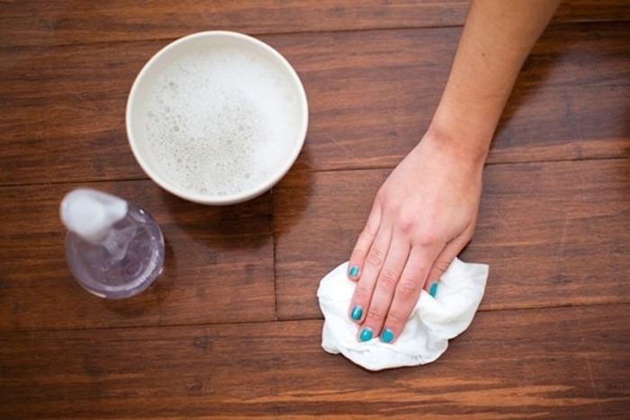 Nước xà phòng có tính tẩy nhẹ sẽ giúp bạn làm sạch sàn gỗ