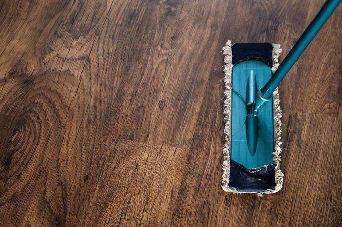 Để được hỗ trợ hiệu quả, bạn nên liên hệ với những đơn vị làm sạch sàn gỗ chuyên nghiệp