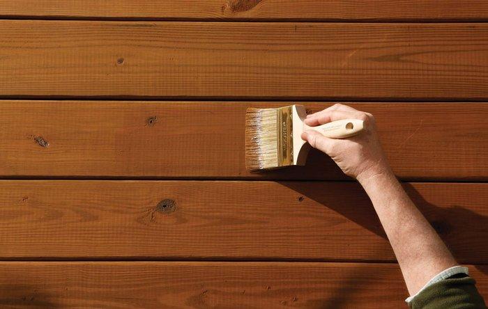 Chỉ cần phủ lên một lớp sơn chống ẩm, bạn có thể phòng tránh được tình trạng mốc gỗ đấy