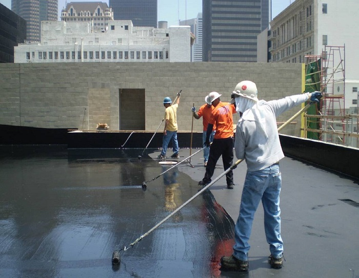 Sử dụng nhựa đường để thi công chống thấm sân thượng