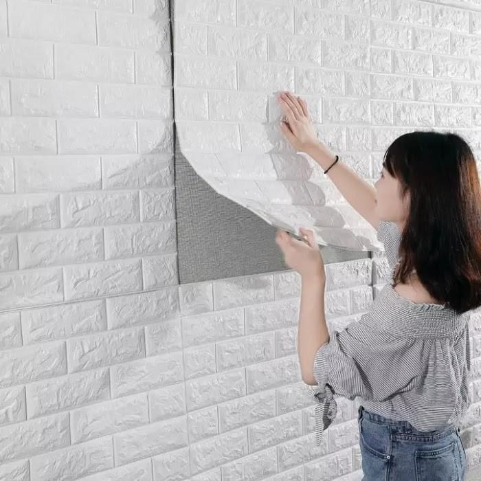 Dùng xốp dán tường để che đi chỗ bong tróc